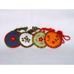 Bolsitas de tela con decoración y orilla bordadas a mano